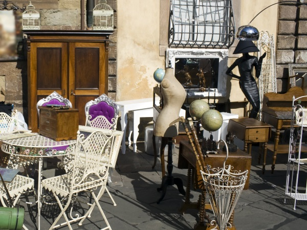 flea market in tuscany