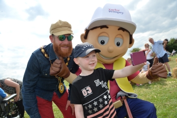 WEB  Taylor Wimpey Raunds Town Picnic  Cllr Nick Beck Noah Jaques and Handy Andy